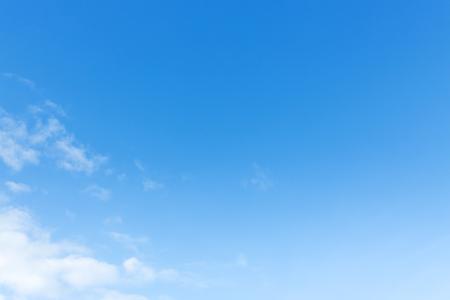 Plakat jasne, błękitne niebo i białe chmury, naturalnego tła
