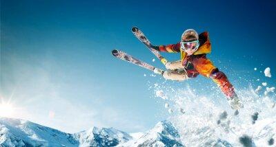 Plakat Jazda na nartach. Skaczący narciarz. Ekstremalne sporty zimowe.