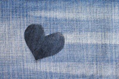 jedno stylowe serce wycięte z niebieskiego dżinsu w modnym tle
