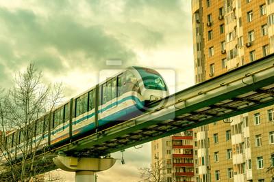 Plakat Jednoszynowy pociąg kursuje nad ulicą w Moskwie