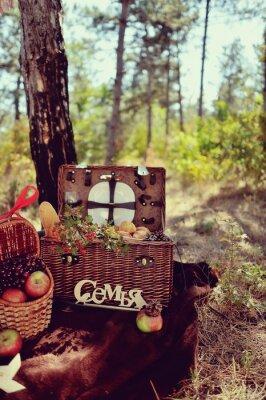 Plakat jesienią still life w lesie piknik z koszem owoców i Brea