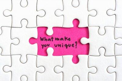 Plakat Jigsaw kawałek układanki z dwóch zaginionych i ręcznego pisania listów słowo, co sprawi, że wyjątkowy i znak zapytania Cytaty koncepcją biznesową