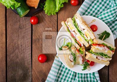 Kanapka z serem, ogórkiem, pomidorem, szynką i jaj. Widok z góry