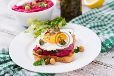 Kanapki dietetyczne z hummusem buraka, kaparami i jajkiem