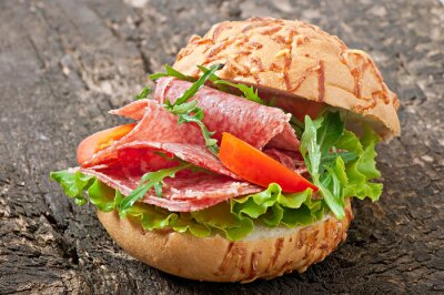 Kanapki z salami, sałatą, pomidorem i rukolą
