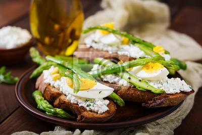 Kanapki ze szparagami, serem, papryką i jajkami.