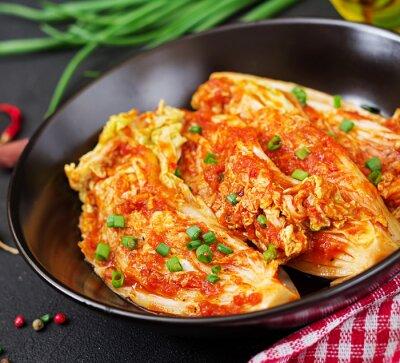 Kapusta pekińska. Kapusta Kimchi. Koreańskie tradycyjne jedzenie