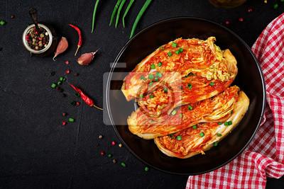 Kapusta pekińska. Kapusta Kimchi. Koreańskie tradycyjne jedzenie. Widok z góry. Płaskie leżało