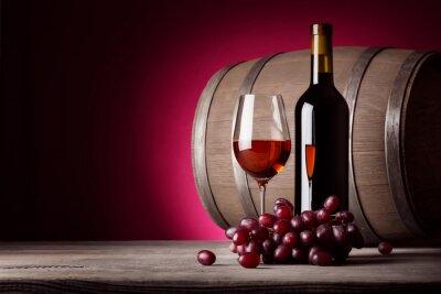 Plakat Kieliszek czerwonego wina z butelki i winogron