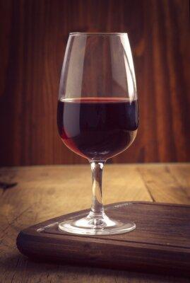 Plakat kieliszki i butelka wina na starym drewnie