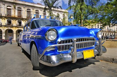 Plakat Klasyczny amerykański samochód na ulicy w Hawanie