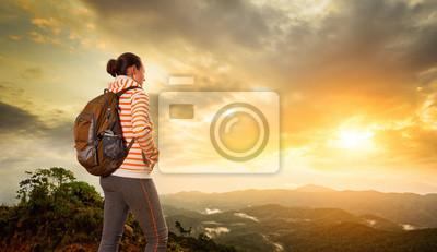 Kobieta backpacker podróże z plecakiem, stojący na szczycie góry