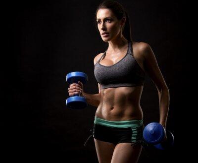 Plakat kobieta fitness na czarnym tle