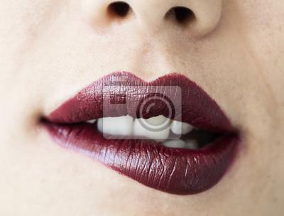 Plakat Kobieta gryzienie jej usta zamknąć widok