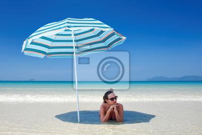 Kobieta odpoczynku pod parasolem pla? Y.