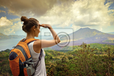 Kobieta patrząc na podróżnik wulkanu Batur. Indonezja