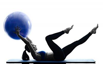 Plakat kobieta pilates ball fitness ćwiczenia izolowane