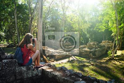 Kobieta podróżnik fotografowania starożytnych ruin Majów.