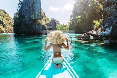 Plakat Kobieta podróżuje na łodzi w Azji