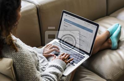 Plakat Kobieta pracuje na laptopie