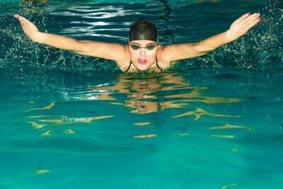 Plakat Kobieta sportowiec pływanie motylkowy w basenie.