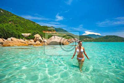 Kobieta w bikini na tropikalnej plaży