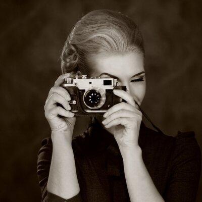 Plakat Kobieta w klasycznej sukni z retro aparatu.