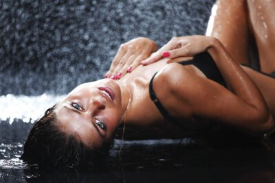 Plakat kobieta w studio wody
