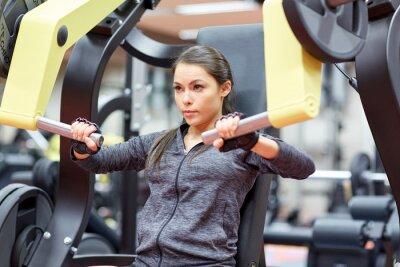 Plakat Kobieta wyginanie mięśnie klatki piersiowej urządzenia naciśnij siłowni