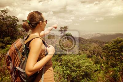 kobieta z plecakiem stojąc na szczycie góry