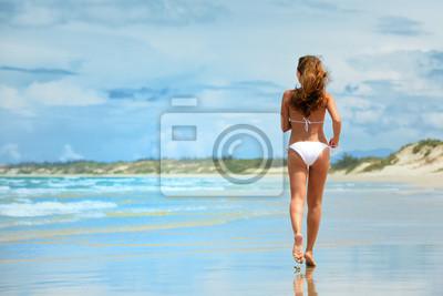 Kobieta z systemem na plaży w białym bikini