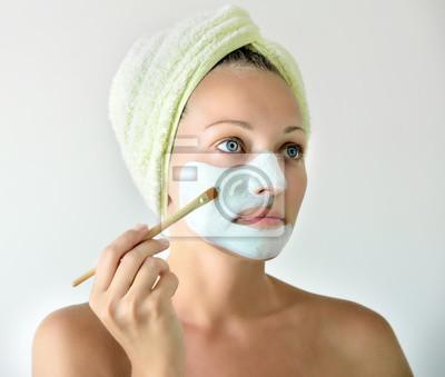 Kobieta z twarzy maskę