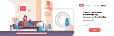 Plakat kobieta za pomocą laptopa salon wnętrze domu nowoczesne mieszkanie kobiece relaks koncepcja płaskie poziome transparent wektor ilustracja przestrzeni