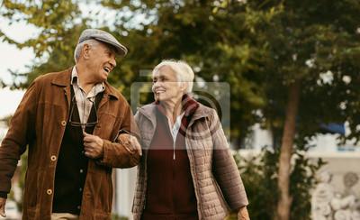 Plakat Kochająca para starszych cieszyć się razem na spacer w zimowy dzień