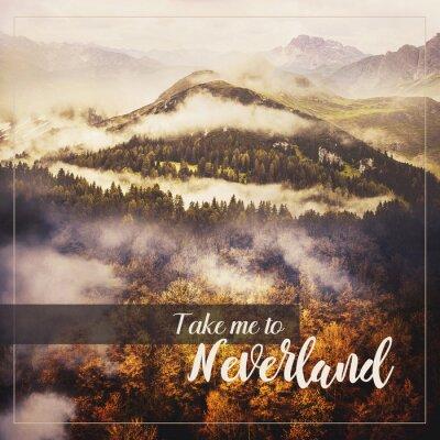 Plakat Kolaż zdjęć: Krajobraz pustyni. Złote drzewa liściaste, zielone wzgórze z drzewami iglastymi i wielką górą. Misty Pogoda. Cytat motywacyjny Zabierz mnie do Neverland.