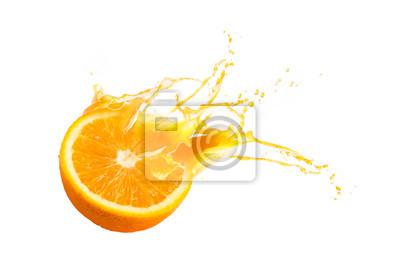 Plakat Kolekcja świeżej połowy dojrzałych owoców pomarańczowych float z powitalny soku pomarańczowego na białym tle
