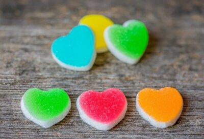 Plakat Kolorowe cukierki słodkie serca na drewnianym background.- Vintage filte