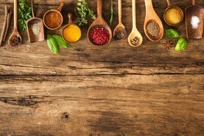 Plakat Kolorowe przyprawy na drewnianym stole