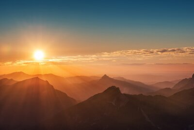 Plakat kolorowe słońca na szczycie austriackich Alpach górskich