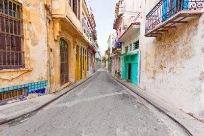 Plakat Kolorowe ulicy w Starej Hawanie pauzował z niszczejących budynków