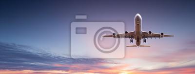 Plakat Komercyjny samolot odrzutowy latający nad dramatyczne chmury.