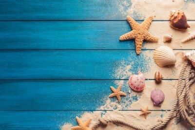 Plakat koncepcja plaży scena z muszli i rozgwiazdy na niebieskim tle drewnianych