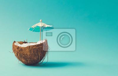 Plakat Koncepcja tropikalnej plaży z owoców kokosa i parasol słoneczny. Pomysł kreatywny minimalny lato.