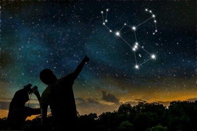 Plakat Konstelacji Oriona na nocne niebo. Koncepcja Astrologia. Sylwetki ludzi dorosłych i dzieci obserwacji nocnego nieba.