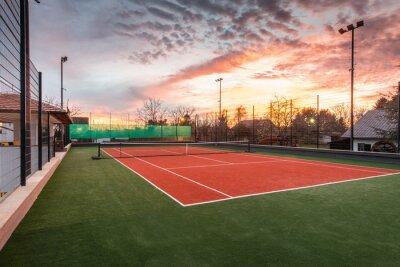Plakat Kort tenisowy na terenie prywatnej posesji w półmroku i magicznym niebem