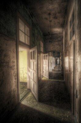 Plakat korytarz z otwartymi drzwiami