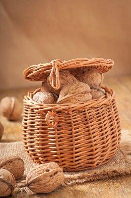 Koszyk pełen orzechów włoskich