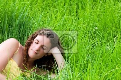 Kraj dziewczyna relaks na łące długiej zielonej trawie Plakaty Redro