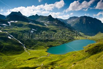 Plakat Krajobraz górski w zielony wally z kryształową rzeką, w górach Kaukazu.