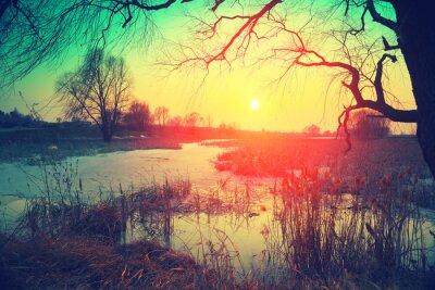 Plakat krajobrazu wiejskiego. Zachód słońca nad jeziorem